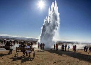 Geyser in geothermal water lake @Turismo Iceland